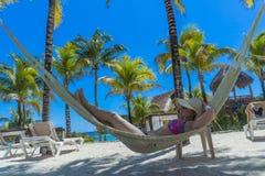 avslappnande kvinna för hängmatta royaltyfri foto