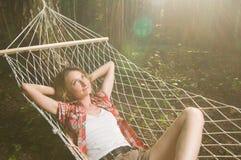 avslappnande kvinna för härlig hängmatta arkivfoto