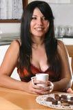 avslappnande kvinna för kaffe royaltyfri fotografi