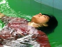avslappnande kvinna för pöl Arkivbilder