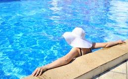 avslappnande kvinna för pöl Royaltyfria Bilder