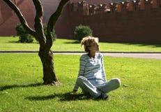 avslappnande kvinna för park Royaltyfria Foton