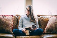 avslappnande kvinna för soffa royaltyfri fotografi