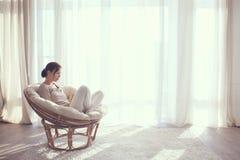 avslappnande kvinna för stol Royaltyfri Fotografi