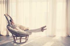 avslappnande kvinna för stol Royaltyfri Bild
