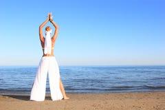 avslappnande kvinna för strand Arkivbilder