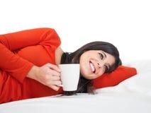 Avslappnande kvinna för Tranquility i säng royaltyfria foton