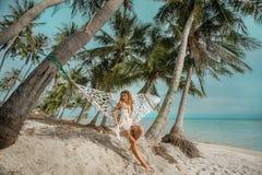 avslappnande kvinna för hängmatta Royaltyfria Bilder