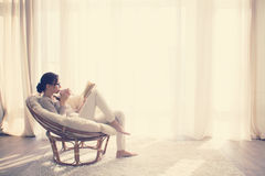 avslappnande kvinna för stol Royaltyfria Bilder