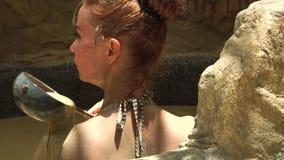 Avslappnande kvinnabadning i gyttjebad i brunnsortsemesterort Hällande kropp för ung kvinna vid gyttja i brunnsortbad Skönhettera lager videofilmer