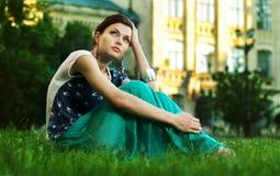 avslappnande kvinnabarn för härligt gräs Arkivfoton