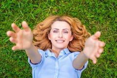 avslappnande kvinnabarn för härligt gräs royaltyfri foto