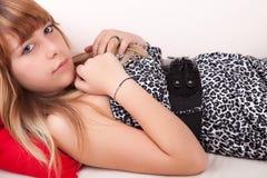 avslappnande kvinnabarn för soffa fotografering för bildbyråer