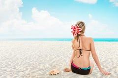 avslappnande kvinnabarn för strand arkivfoto