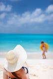 avslappnande kvinnabarn för strand Royaltyfri Foto