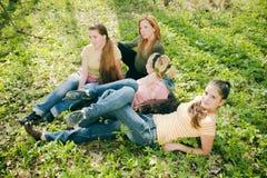 avslappnande kvinnor arkivfoto
