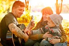 Avslappnande lycklig familj utomhus Royaltyfria Foton
