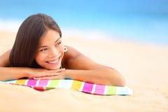 Avslappnande lycklig strandkvinna Arkivbild