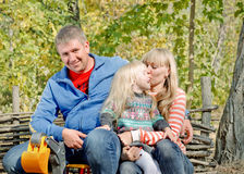 Avslappnande lycklig ung familj utomhus Royaltyfria Foton