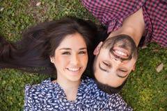 Avslappnande lyckliga par utomhus Fotografering för Bildbyråer
