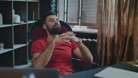 Avslappnande mansammanträde i stol koppla av för affärsman Återställande av borttappade styrkor stock video