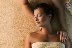 Avslappnande massage i brunnsortsalongen royaltyfria bilder