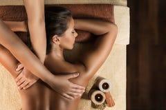 Avslappnande massage i brunnsortsalongen Arkivfoto