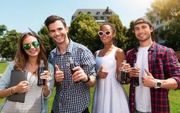 Avslappnande modern ungdom utomhus Arkivfoton