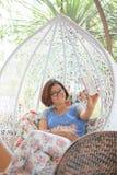 Avslappnande och lycklig sinnesrörelseselfie för kvinna vid smart telefonsjälvport Arkivfoton