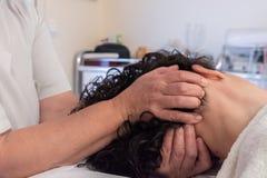 Avslappnande och terapeutisk huvudmassage arkivbilder