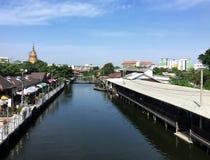 Avslappnande område nära en kanal i Thailand Royaltyfri Foto