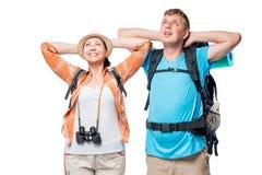 Avslappnande par av unga turister med ryggsäckar på en vit Royaltyfri Fotografi