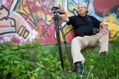 avslappnande pensionär för fotograf arkivbild