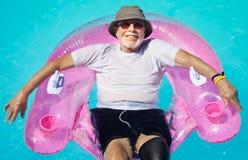 avslappnande pensionär för medborgare Arkivfoton
