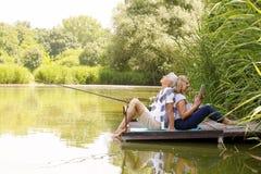 avslappnande pensionär för par Royaltyfri Bild