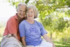 avslappnande pensionär för parpark Arkivbild
