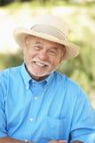 avslappnande pensionär för trädgårds- man arkivfoto