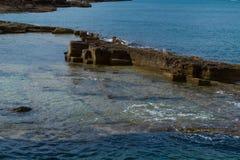 Avslappnande sikt av den härliga steniga kusten Arkivfoto