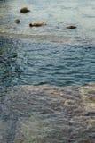 Avslappnande sikt av havet på kust Royaltyfri Bild