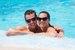 Avslappnande simbassäng för par Royaltyfri Fotografi