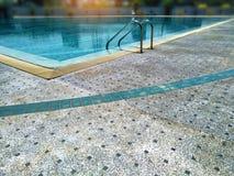 Avslappnande simning, ferie i semesterort med den moderna lyxiga pölen royaltyfri foto