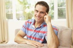 avslappnande sofa för home man Royaltyfria Foton