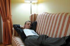 avslappnande sofa för man royaltyfri fotografi