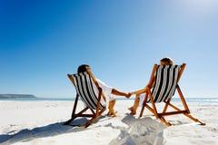 avslappnande sommar för strandpar Royaltyfri Foto