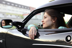 avslappnande sport för auto härlig flicka Arkivfoto