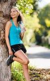 avslappnande sportkvinna Royaltyfri Fotografi
