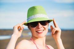 Avslappnande strandkvinna som tycker om sommarsolen Royaltyfria Bilder