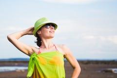 Avslappnande strandkvinna som tycker om sommarsolen Arkivfoton