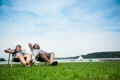 avslappnande sun för par Royaltyfri Fotografi
