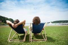avslappnande sun för par Arkivfoton
